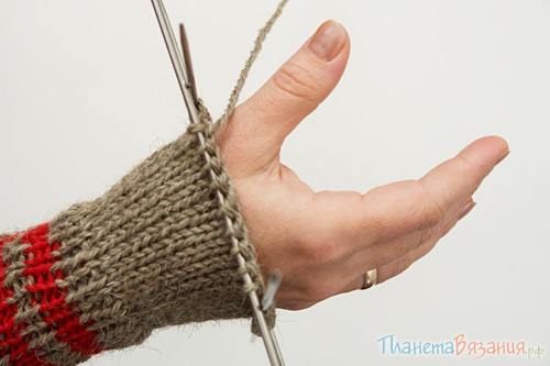 Примерка варежки перед вывязыванием отверстия для большого пальца