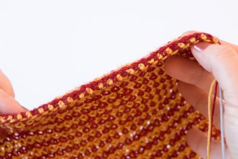 Декоративная боковая кромка при многоцветном вязании