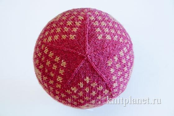 Как связать узорную шапочку спицами