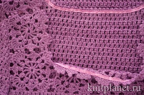 Укрепление горловины вязаного платья атласной лентой.