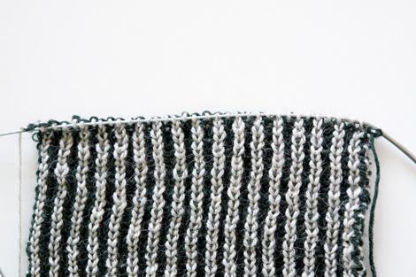 Вязание шарфа двухцветной резинкой