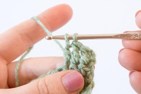 Столбик с одним накидом: протянуть нить чрез 2 первые петли